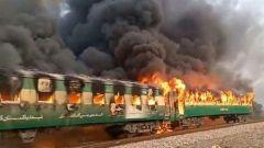pakistanda bir yolcu treninde yangin cikti oldu